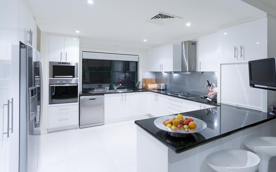 biała kuchnia praktyczna i modna