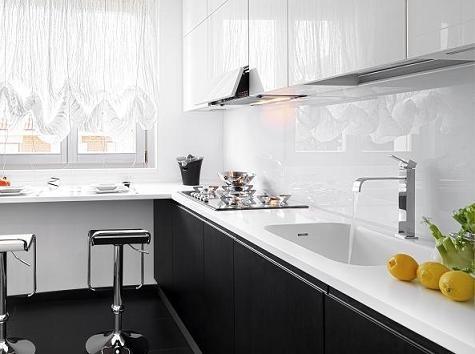 szkło zamiast płytek nad blatem kuchennym