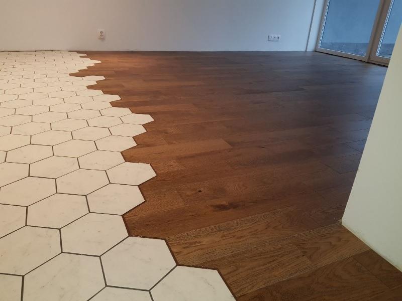 łączenie Płytek Heksagonalnych Z Drewnianą Podłogą